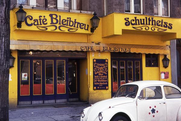 Ein VW Käfer vor dem Cafe Bleibtreu in Berlin.