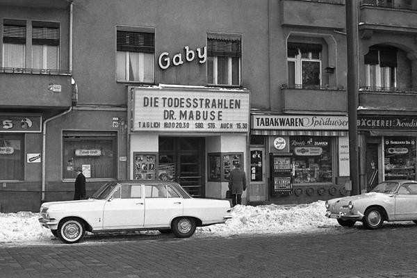 Kino und Autos am Mariendorfer Damm in Berlin.