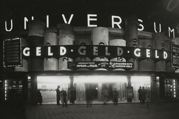 Eine Filmankündigung für den Film 'Geld, Geld, Geld' an dem 'Universum'-Kino in Berlin.