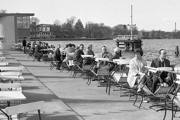 Berlin-Grünau: See und Gäste in einem Cafe am Ufer.
