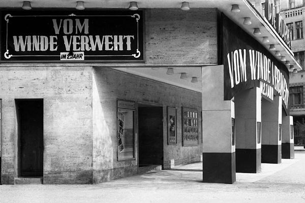 """Kino """"Die Kurbel"""" in am heutigen Meyerinckplatz in Berlin-Charlottenburg und Werbung für einen Film (Vom Winde verweht)."""