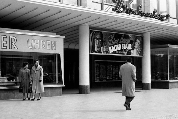 Filmtheater Bonbonniere am Kurfürstendamm Berlin und Film-Reklame (Heisse Lippen, Kalter Stahl).