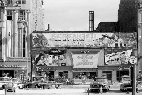 IX. Internationale Filmfestspiele Berlin am Marmorhaus am Kurfürstendamm in Berlin. Bild zeigt Gebäude und Filmplakate (Serengeti darf nicht sterben, Wolgaschiefer, Endstation Hoffnung).
