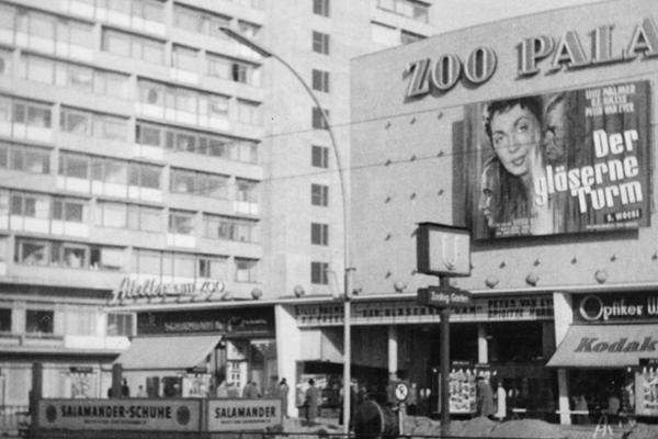 Blick auf das Kino Zoo Palast am Bahnhof Zoo in Berlin.