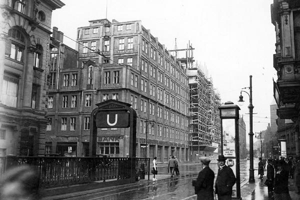 Gebäude der freien Gewerkschaften in der Wallstraße in Berlin. Im Erdgeschoß befindet sich die 'Bank für Arbeiter und Angestellte'.