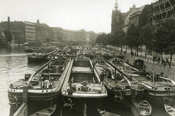 Binnenschiffe in Berlin während der Weltwirtschaftskrise. Aus Auftragsmangel mussten viele Reeder ihre Schiffe stilllegen.