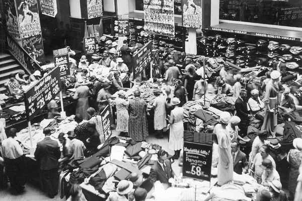 Gedränge im Lichthof eines Kaufhauses am Rathaus zu Beginn des Saisonausverkaufs.