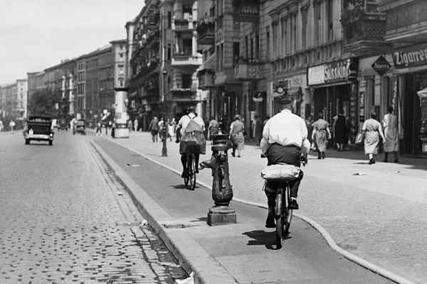 Ein Radweg in den 30er Jahren in Berlin. Ein Hydrant behindert die Radfahrer.