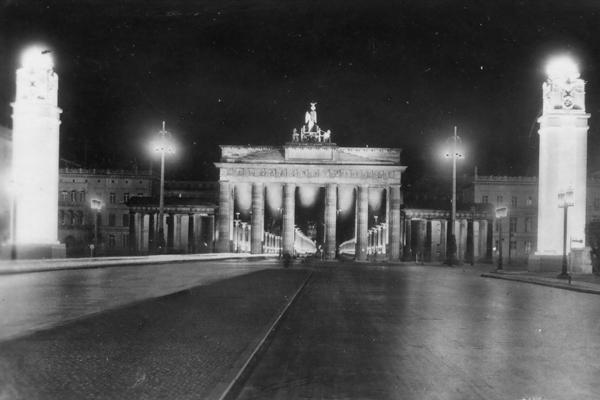 Das Brandenburger Tor in Berlin bei Nacht (undatierte Aufnahme).
