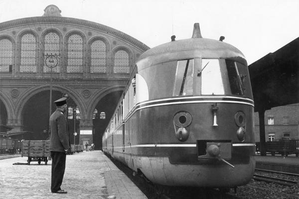 Schnelltriebwagenzug 'Fliegender Münchner' der Reichsbahn im Anhalter Bahnhof in Berlin.