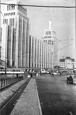Futuristisches Gebäude am Platz mit Trams und U-Bahnstation. Foto Erich Fritze Halle(Saale) 1905-76