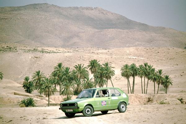 Unser VW Golf in einer Palmenoase beim Berberort Matmata, Tunesien