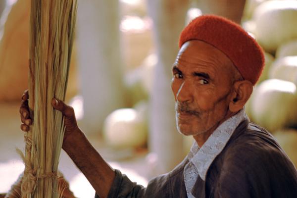 Alter Mann mit Fes auf dem Melonenmarkt in Gabes, Tunesien