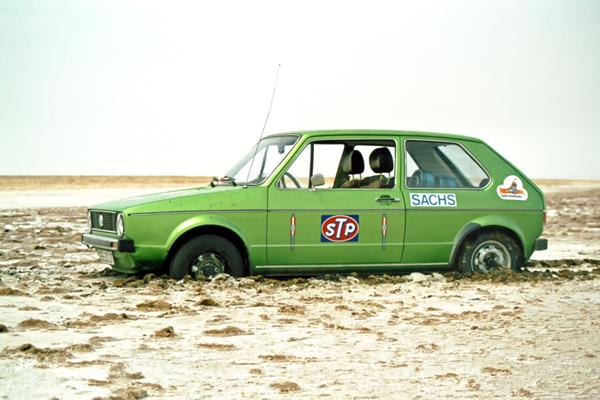 Unser VW Golf steckt im Salzschlamm in der Salzwüste Chott el-Jerid, Tunesien