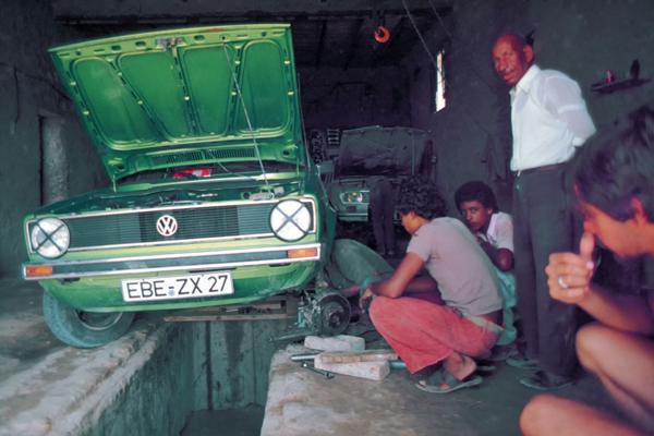 Der VW Golf muss in die Werkstatt in Touzeur, Tunesien