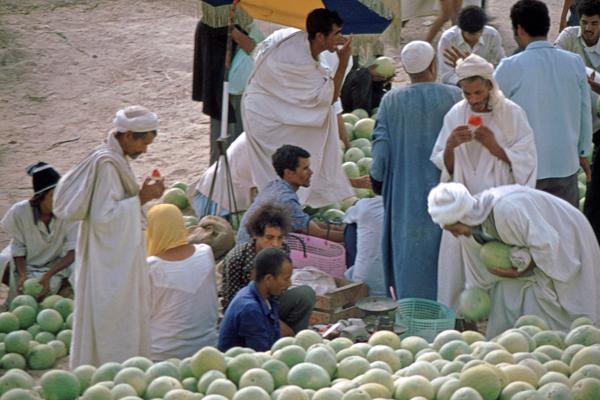 Einheimische am Markt in El Qued, Algerien