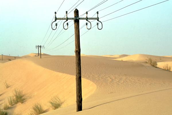 Stromtrasse neben der Piste durch den östlichen Großen Erg (Sandwüste), Algerien