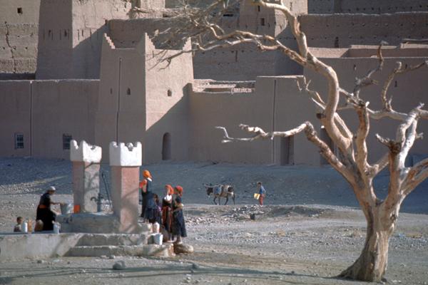 Menschen an einem Brunnen, Auf der Straße der Kasbahs, Marokko
