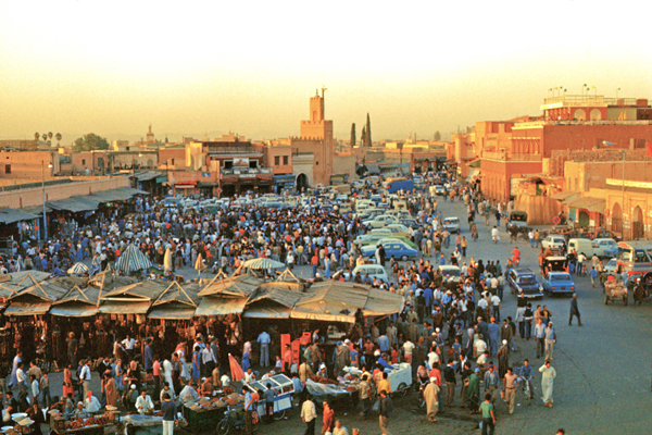 Blick vom Dachrestaurant auf den Gauklerplatz in Marrakesch, Marokko
