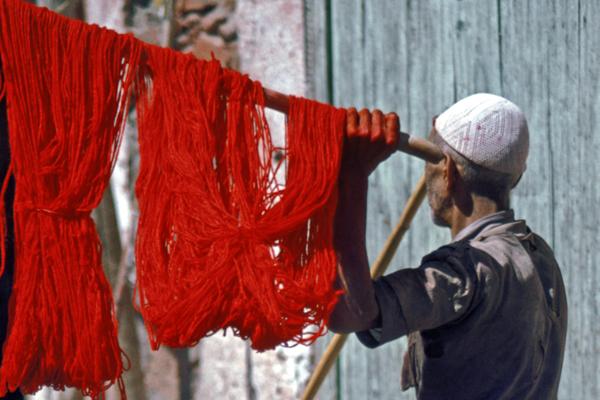 Gefärbte Wolle in den Souks von Marrakesch, Marokko