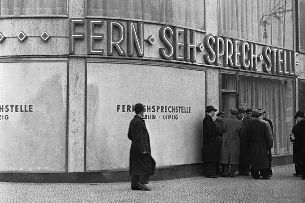 Im Jahr 1936 wurde der Fernsehsprechbetrieb Berlin-Leipzig eröffnet. In der Hardenbergstraße 29 in Berlin konnte man in der sogenannten 'Fern-Seh-Sprech-Stelle' diese Dienstleistung der Reichspost nutzen.