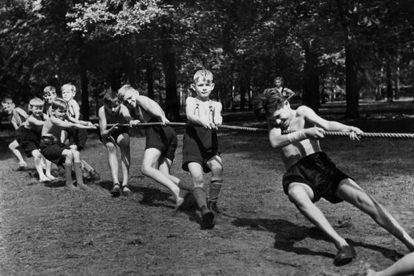 Jungen beim Tauziehen auf einem Spielplatz in Berlin.