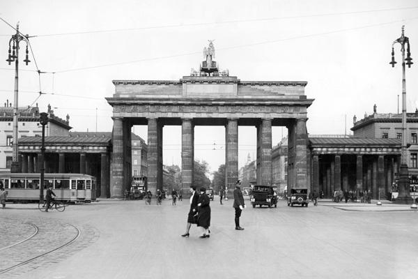 Verkehr und ein Verkehrspolizist Unter den Linden vor dem Brandenburger Tor in Berlin.