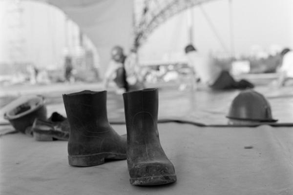 Stiefel und weitere Ausrüstung von Bauarbeitern vor dem Olympiastadion in München.