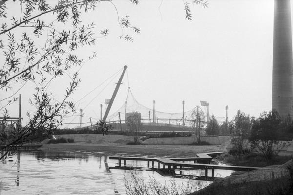 Blick auf das im Bau befindliche Olympiagelände vom Olympiasee.