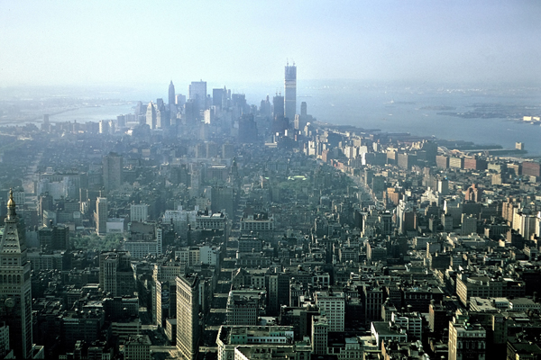 Blick vom Empire State Building auf Downtown Manhattan. Das World Trade Center wird gerade erst gebaut