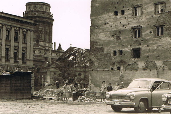 """Trümmerfrauen bei der Arbeit am Gendarmenmarkt. Im DDR-Jargon als """"freiwillige Aufbauarbeiten"""" bezeichnet."""
