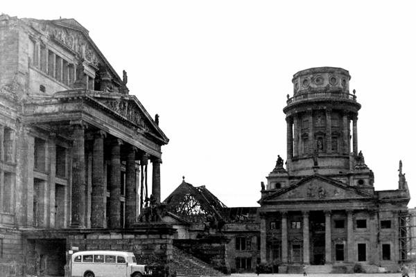 Berlin Gendarmenmarkt, Platz der Akademie: Links das Schauspielhaus (Konzerthaus) und rechts der Französiche Dom (Französische Friedrichstadtkirche).