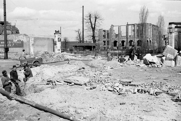 Berlin: Bauarbeiten am Potsdamer Platz und im Hintergrund Ruinen.