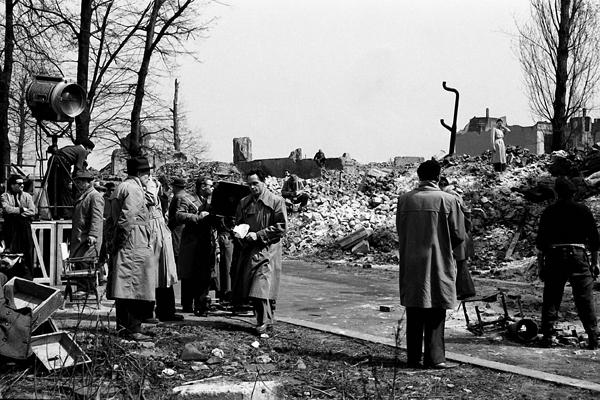 Filmaufnahmen der CCC-Film in der Graf-Spee-Straße (Hiroshimastraße) in Berlin. Bild zeigt Männer, Trümmer, Ruinen und Scheinwerfer.