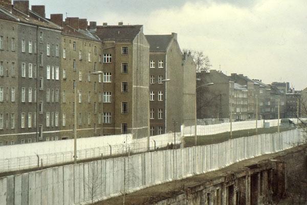 Berliner Mauer in der Bernauer Straße. Links im Bild Häuser die zu Ost-Berlin gehörten.
