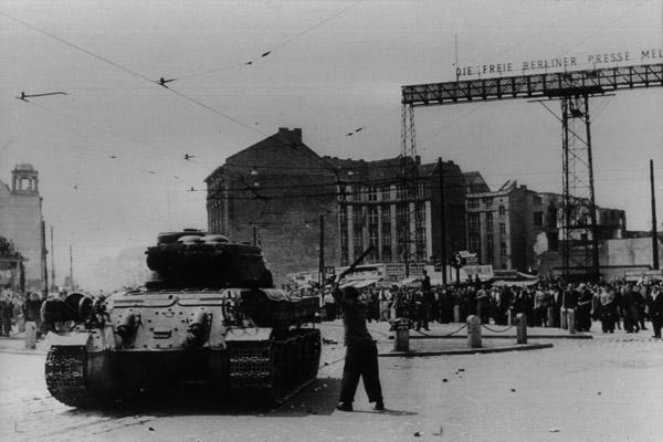 Aufstand des 17. Juni in der DDR. Ein Demonstrant attackiert einen sowjetischen Panzer mit einem Knüppel.