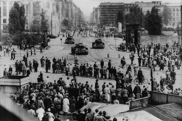 Aufstand des 17. Juni in der DDR. Bürger beobachten den Aufmarsch sowjetischer Panzer auf dem Potsdamer Platz in Berlin.