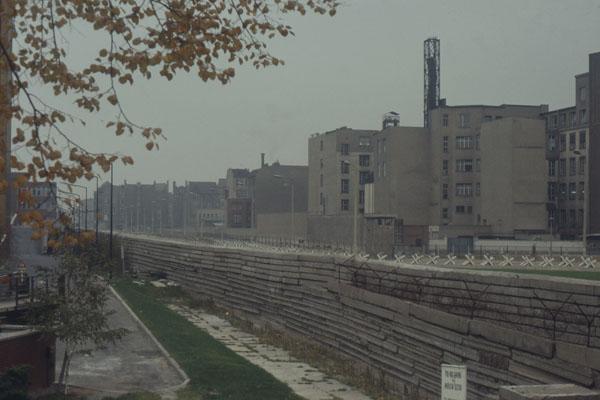 Blick von der westberliner Seite (ammerikanischer Sektor) Richtung Ost-Berlin. Zu sehen ist noch der frühe Mauerbau (erst später ersetzt durch gleiche Elemente).