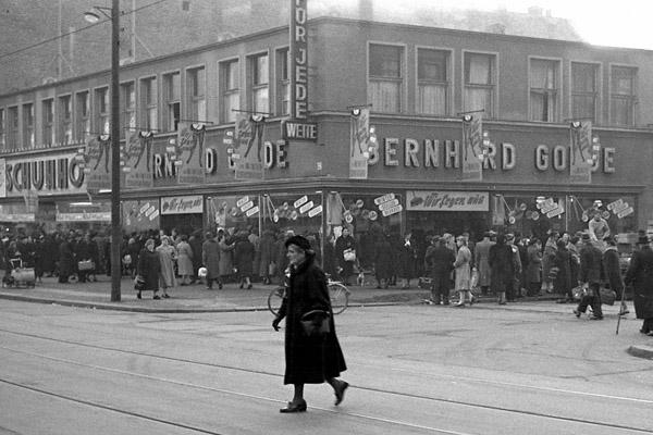 Winterschlussverkauf in der Wilmersdorfer Straße in Berlin-Charlottenburg. Bild zeigt Menschenmenge vor den Geschäften und eine Frau die die Straße überquert.