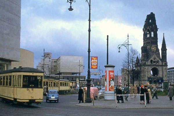 Joachimstalerstraße Ecke Budapester Straße in Berlin. Bild zeigt eine Straßenbahn und im Hintergrund die Kaiser Wilhelm Gedächtniskirche.
