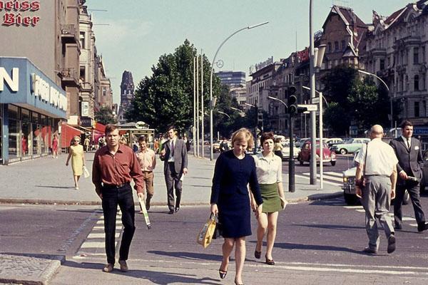Passanten am Kurfürstendamm in Berlin überqueren die Straße.