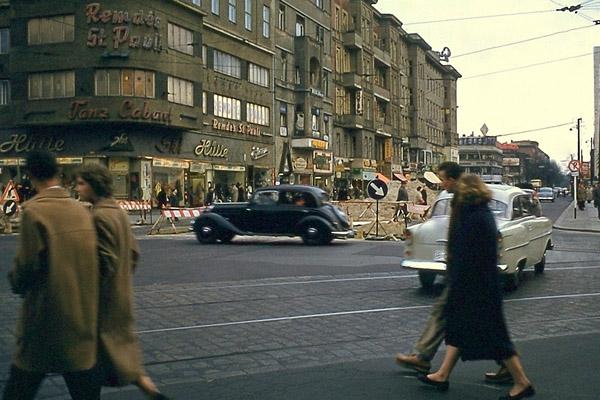Joachimstaler Straße Ecke Kantstraße in Berlin. Bild zeigt Passanten, Häuser (Tanz Cabaret, Ski Hütte) und Autos (Trabant).