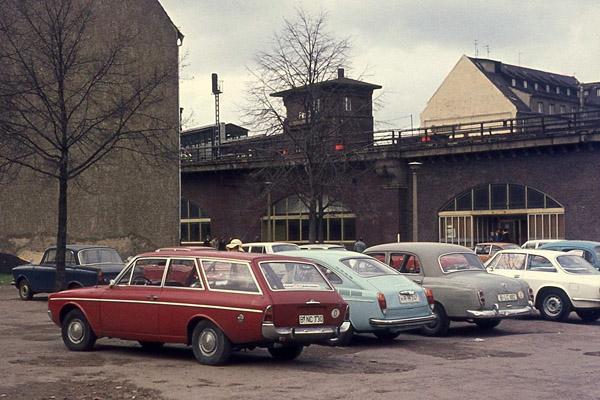 Parkende Autos in der Georgenstraße in Berlin-Mitte.