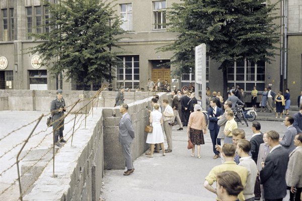 Szene aus den ersten Tagen des Mauerbaus. Bezirk Kreuzberg / Mitte: Blickrichtung auf die Lindenstraße, Ecke Zimmerstraße.