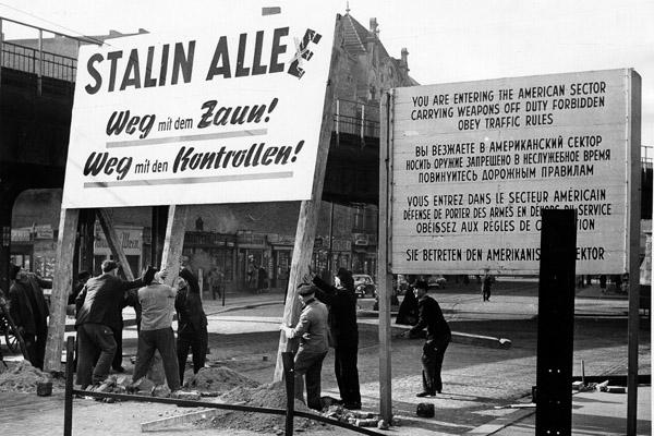 Aufstellung von Schildern auf West-Berliner Gebiet. (Anspielung auf die Rückbenennung der Stalinallee in Frankfurter-Allee).