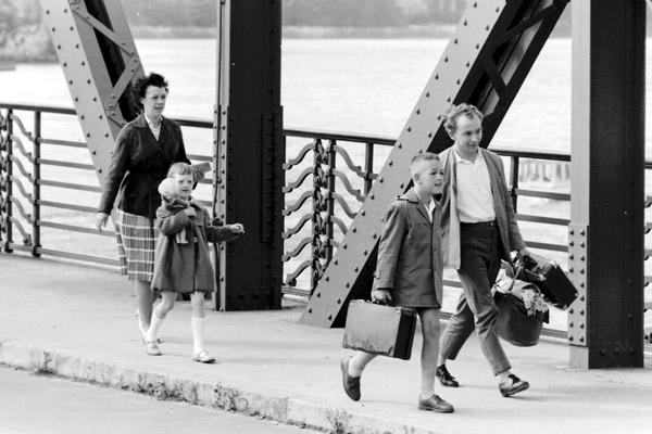 Familie mit zwei Kindern geht über die Brücke nach West-Berlin.