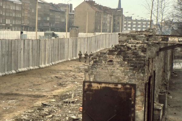 Bau der Berliner Mauer. Im Vordergrund die Ruinen ehemaliger Ost-Berliner Häuser.