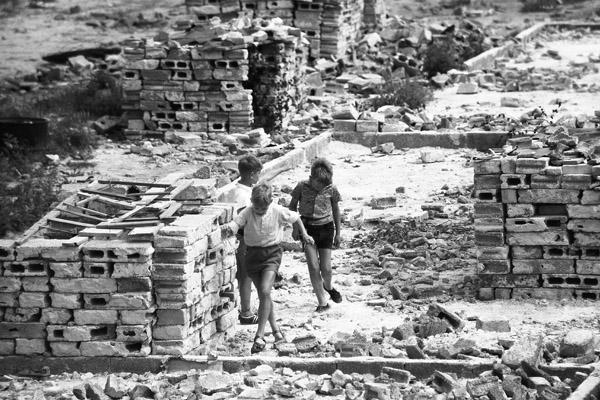 Kinder spielen in Trümmern in Berlin-Mariendorf.