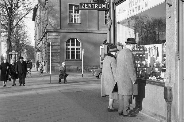Paar vor einem Foto-Geschäft in Berlin Tempelhofer Damm.