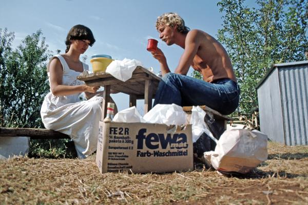 Junges Paar beim Frühstück auf einem Campingplatz in der Nähe von Dubrovnik in Kroatien.